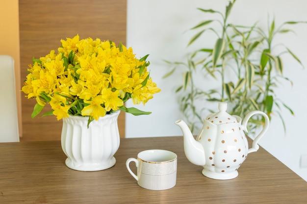 Подача кофе из кувшина в чашку