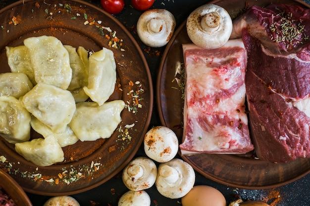 伝統的な料理のキッチンの田舎の手作りレストランの料理を提供しています
