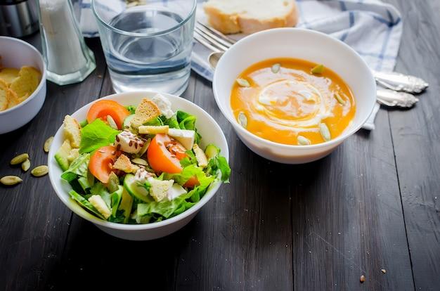 ランチに、白いボウルに自家製カボチャのスープを添えて