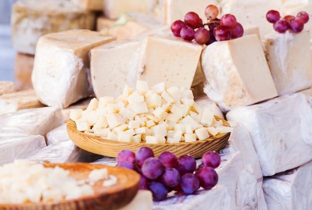 丸い木材で提供されるチーズの小分け