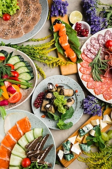 Подача основных блюд и салатов в ресторане