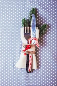 水玉模様のテーブルクロスに指輪やキャンディーを添えたテーブルクリスマスのサービング