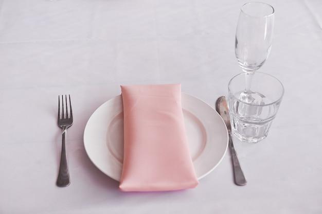 Сервировочный стол к праздничному ужину