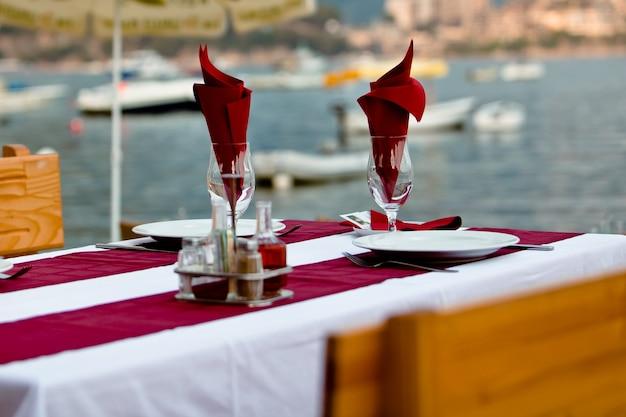 Сервировочный столик в ресторане на открытом воздухе