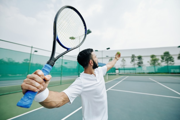 テニスプレーヤーを提供