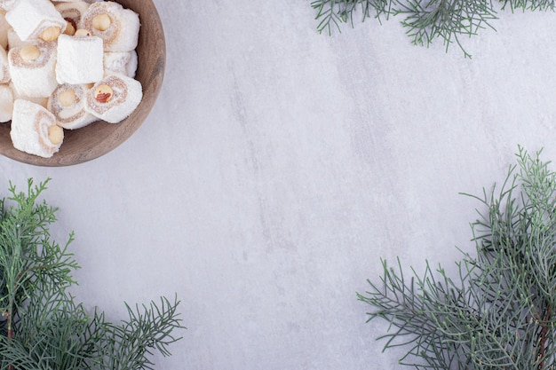Serve delizie turche e rami di pino su sfondo bianco.