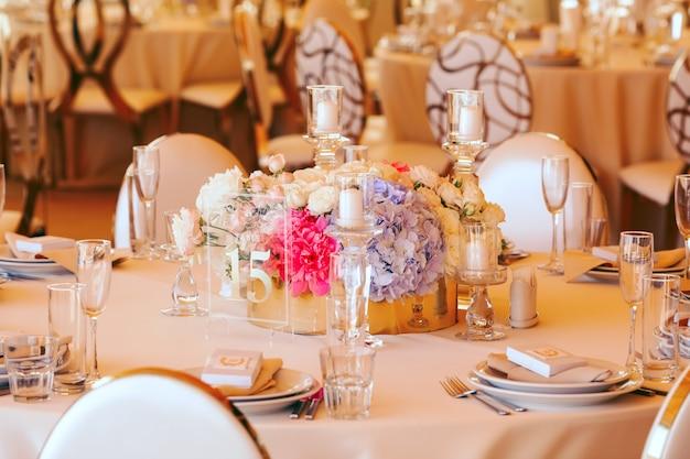 ゲストのための結婚式のテーブルを提供