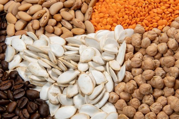 다양한 종류의 곡물 및 건조 식용 종자 제공. 섬유 공급원의 예