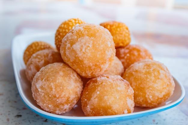 Кунжутные шарики, много видов тайского десерта.