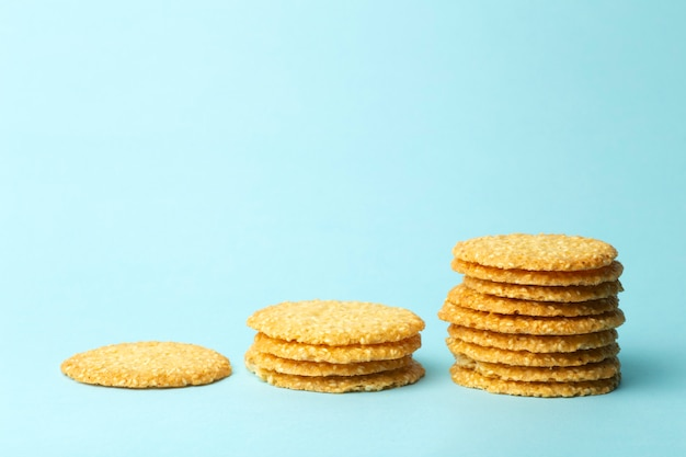 Кунжутное печенье на синем фоне. выпечка и сладости фон. концепция еды инфографика