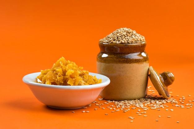 ボウルに赤糖と土鍋のゴマ