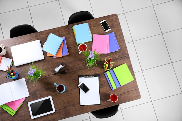 Концепция сеанса. стол с планшетом, ноутбуком, бумагами и чашками чая.