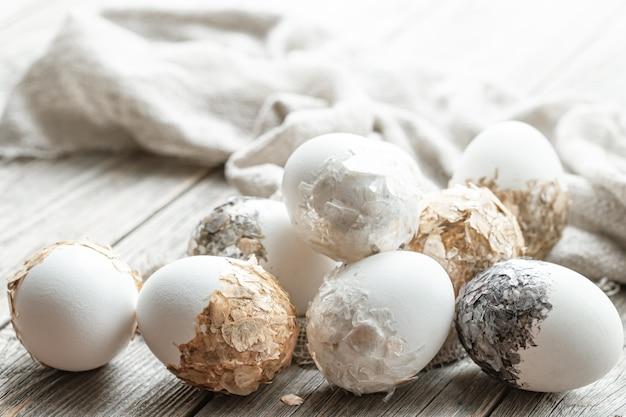 Una serie di uova di pasqua splendidamente decorate. concetto di vacanza di pasqua.