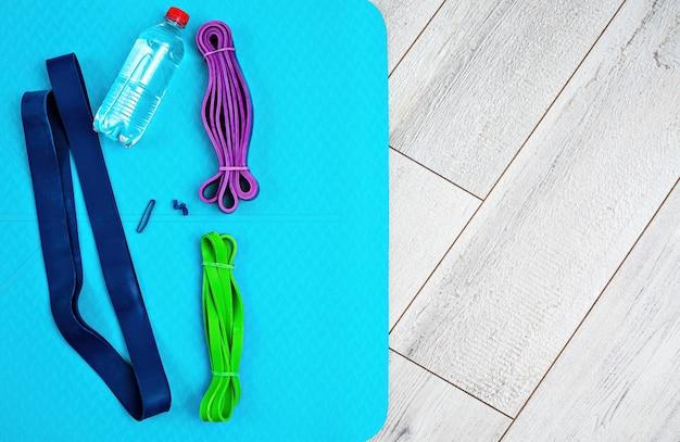 Set di elastici in lattice luminosi per fitness, tappetino yoga e bottiglia d'acqua