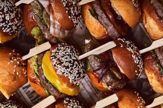 생선, 고기 및 야채로 햄버거를 설정하십시오. 평면도. 텍스트를위한 여유 공간. 나무 배경.