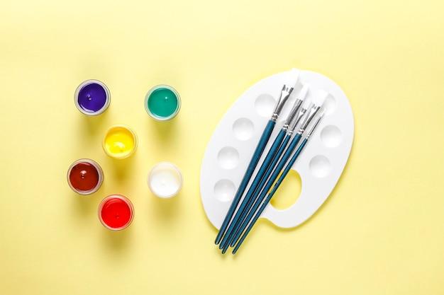Set di accessori colorati per dipingere e disegnare.