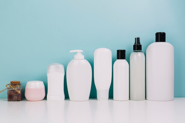 Set di bottiglie e vasetti cosmetici