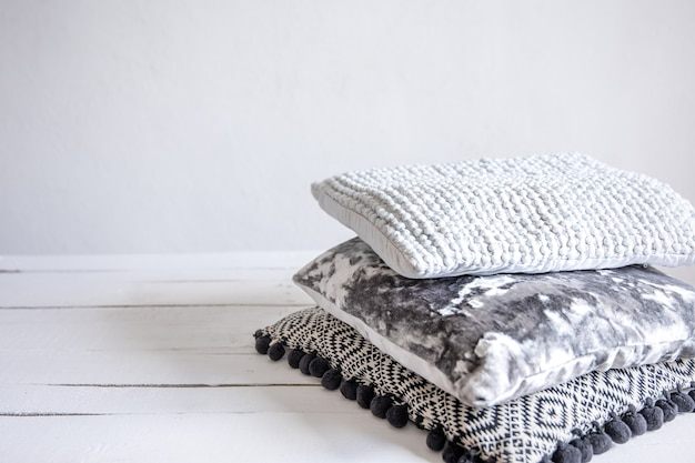 Una serie di cuscini decorativi in stile minimalista scandinavo.