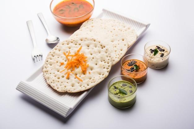 セットドーサ、ウーサッパム、またはウッタパムスタイルのドーサは、サンバーとチャツネを使った人気の南インド料理です。