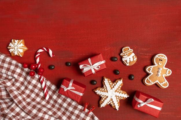 赤い木製にお祝いの新年のビスケット、ギフト、スノーフレークを設定します
