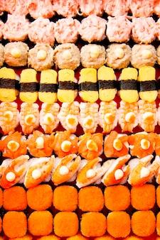 Сет для суши, оригинальная японская кухня, красочная и изысканная композиция в рядах