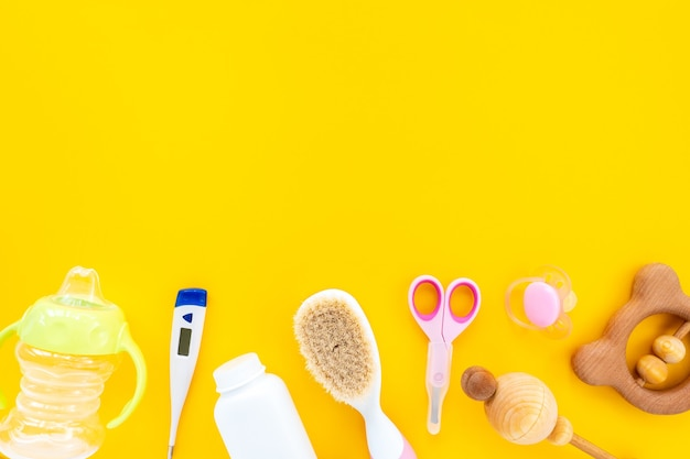 Набор для детской гигиены на желтом фоне, вид сверху, плоская планировка, копия пространства