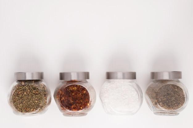 美味しい料理を作るためのセットです。瓶の中のスパイスのミックス。さまざまなハーブ、海塩、唐辛子