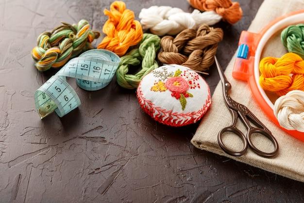 Набор для вышивания, пяльцы, льняная ткань, нитки, ножницы, вышитая игольница.