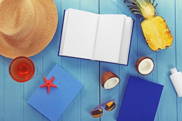 해변에서 독서를 위해 설정합니다. 여름 휴가 개념