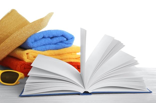 Набор для чтения на пляже. концепция летних каникул