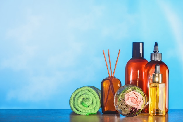 Набор для спа процедур из масла в баночках, полотенцах и ароматических палочках.
