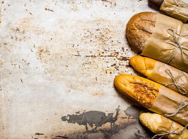 素朴な背景に焼きたてのパンをセットします。テキスト用の空き容量。上面図