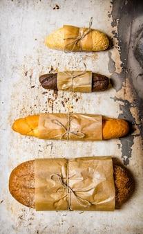 素朴な表面に焼きたてのパンを置きます。上面図