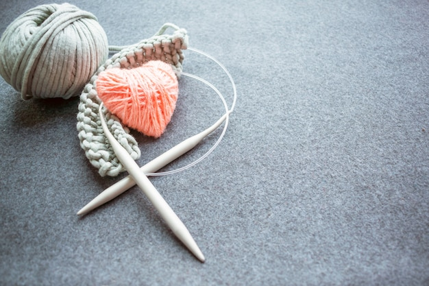 Set for knitting: knitting needles, corded cotton yarn