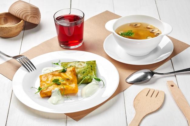 버섯 스프 시금치와 당근 크레이프와 사워 크림 베리 음료의 점심 세트