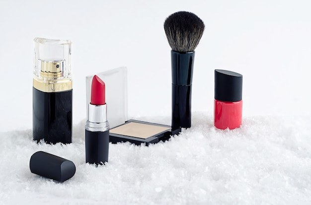 セットの高級化粧品、赤い口紅、マニキュア、パウダー、ブラシ、香水