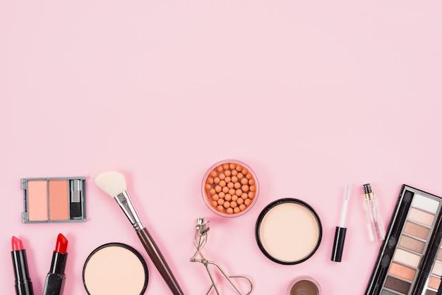 Set di trucco e prodotti di bellezza cosmetici su sfondo rosa