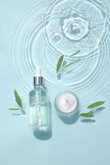 保湿化粧品を水滴にセットします。血清入りガラス瓶、クリームの瓶