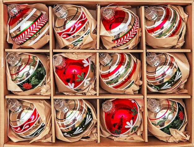 Набор из 12 роскошных стеклянных безделушек winterberry. ретро стиле изображения старинных рождественских украшений в коробке.