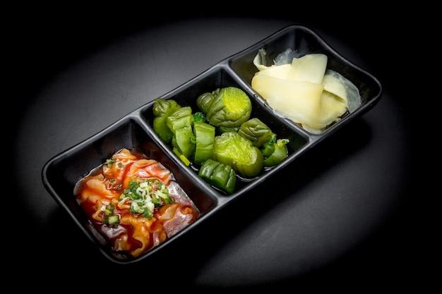 黒地に韓国料理のおかず3品をセットした、韓国の食品保存のひとつである塩で発酵させたおかずです。