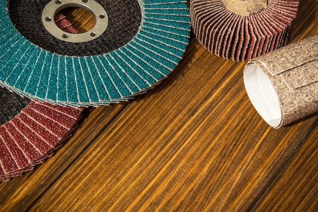 Набор абразивного инструмента и наждачной бумаги на старых деревянных досках