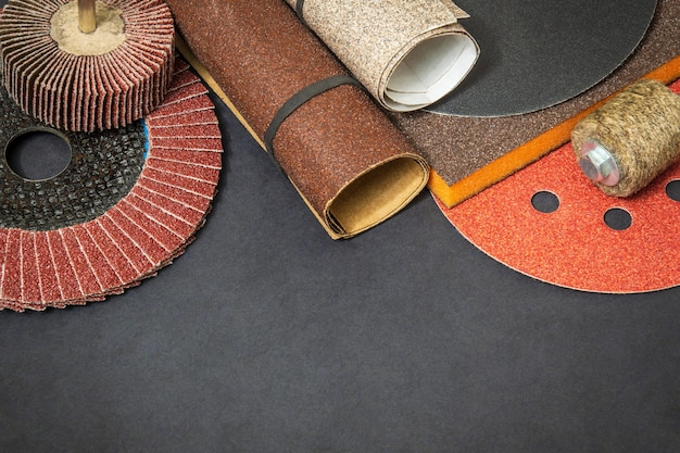 Набор абразивных инструментов и разноцветной наждачной бумаги