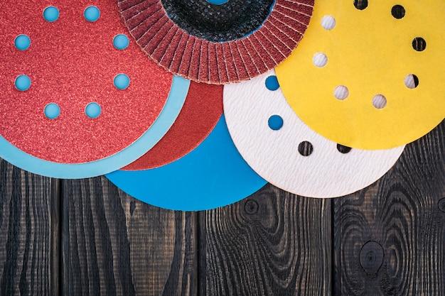Набор абразивных инструментов и наждачной бумаги разных цветов