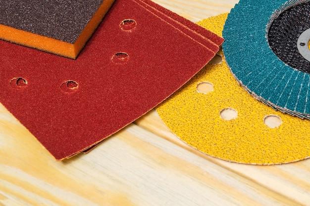 Набор абразивных инструментов на деревянных досках мастера используется для шлифования предметов