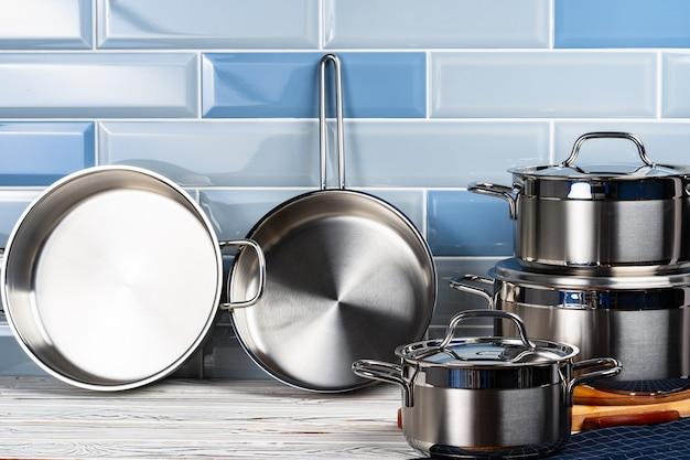 Набор алюминиевой посуды на кухонном столе