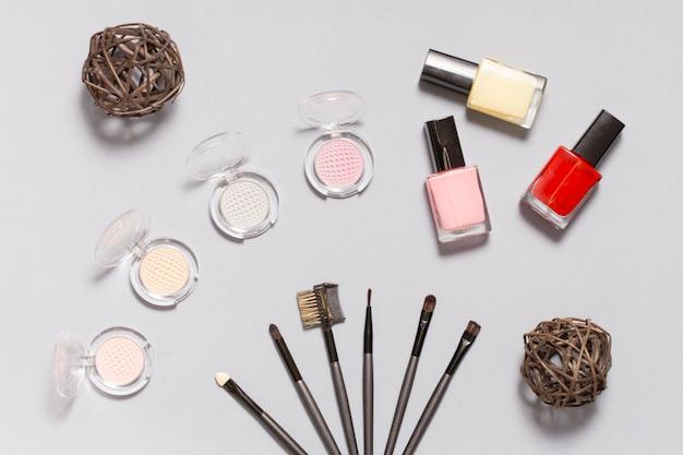 装飾化粧品の近くのアプリケータのセット