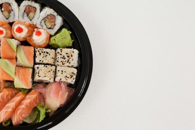 Набор суши ассорти в круглой черной коробке