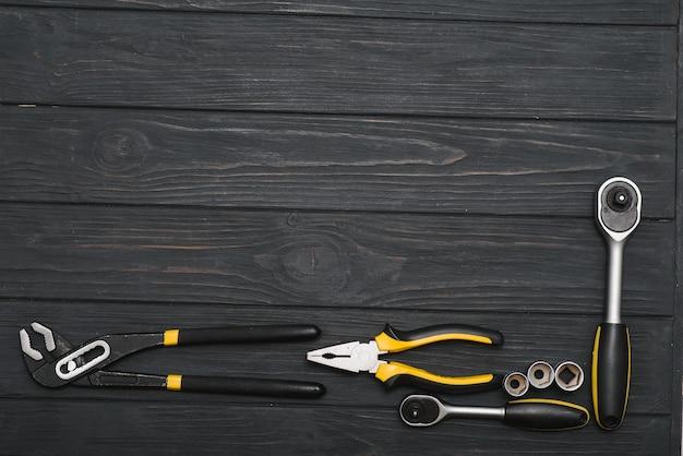 복사 공간와 어두운 나무 배경에 여러 작업 목공 및 자물쇠 도구의 집합입니다.