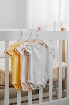 신생아 소녀나 소년을 위한 아기 바디수트 세트. 아기 방.