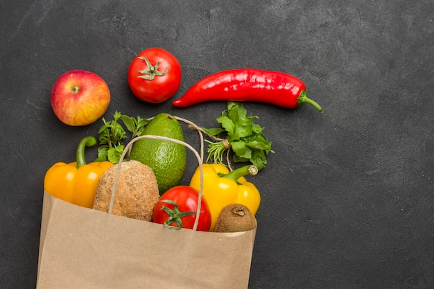 건강한 식단을위한 균형 잡힌 제품 세트. 야채와 함께 종이 봉지. 건강한 라이프 스타일 개념. 건강 식품 피트니스.